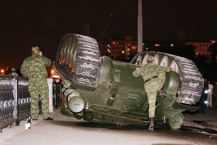 В Крыму перевернулись танк и военный тягач, ВИДЕО